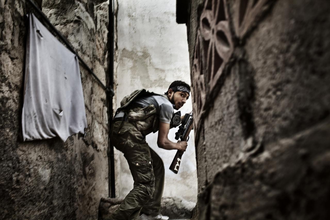 world-press-photo-2012 - Fabio Bucciarelli  Italy  Agence France-Presse Battle to Death  Aleppo  Syria  October December